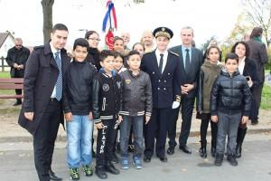Les élèves d'ECD lors de la cérémonie du 11 Novembre en compagnie du maire Pierre Fond, le sous-préfet de Saint-Germain-en-Laye Stéphane Grauvogel, ainsi que les membres du bureau d'ECD Sartrouville.