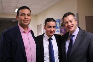 L'entrepreneur Aziz Senni, Mohamed Guirrati, vice-président d'ECD Sartrouville et le maire de Carrières-sous-Poissy Christophe Delrieux, lors de la soirée de présentation de l'association, le mardi 19 novembre 2015.