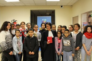 Me Fatima Aaziz-Perez (à droite) à l'issue de son intervention en compagnie de la directrice pédagogique Mme Gamraoui (à gauche) et d'élèves d'ECD.